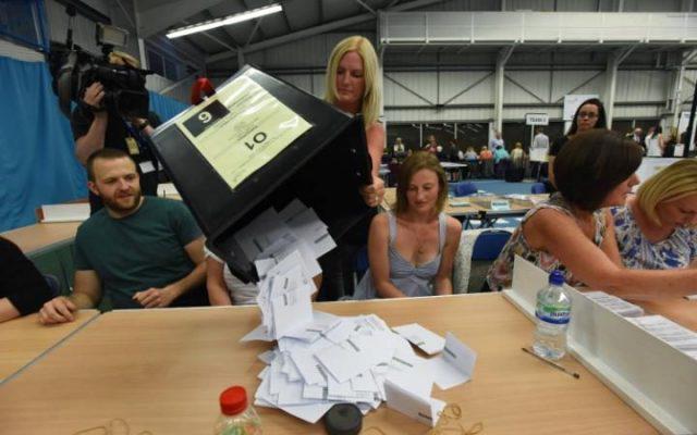 101531871_Dated_23-06-2016__BRITAIN_DECIDES__The_first_EU_Referendum_ballot_boxes_arrive_in_Sunderla-large_trans++plGOf-dgG3z4gg9owgQTXMu4V_jKO0P7usPuJXLxi3s