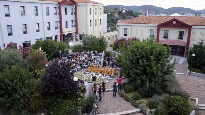 Mια γιγάντια υπαίθρια σκακιέρα, έμπνευση της υπαλλήλου του Πανεπιστημίου Αιγαίου, Φερενίκης Τσαμπαρλή, με πιόνια ύψους 1,2 μ, κατασκευασμένα από άχρηστο χαρτί και πεταμένα σωσίβια, κατά την διάρκεια των εγκαινίων στο λόφο του Πανεπιστημίου Αιγαίου στη Μυτιλήνη στα πλαίσια των εκδηλώσεων για την Παγκόσμια Ημέρα Περιβάλλοντος της «Σκακιέρας του Κόσμου», Τρίτη 7 Ιουνίου 2016. Το πρωτότυπο αυτό έργο, εγκαινιάσθηκε , από τον GrandMaster και Έλληνα Πρωταθλητή 2015 στο Σκάκι, Αθανάσιο Μαστροβασίλη, με ένα συμβολικό «Παιχνίδι Στρατηγικής στη Σκακιέρα του Κόσμου» που έπαιξε ο ίδιος με 12 αντιπάλους, 10 φοιτητές του Πανεπιστημίου Αιγαίου και δυο μαθητές του Πειραματικού Λυκείου του Πανεπιστημίου Αιγαιου. ΑΠΕ-ΜΠΕ/ΑΠΕ-ΜΠΕ/ΣΤΡΑΤΗΣ ΜΠΑΛΑΣΚΑΣ