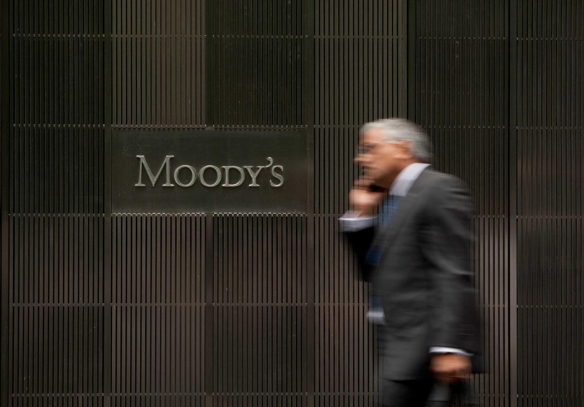 Moody's: Καμπανάκι για χρέος, εύσημα για μεταρρυθμίσεις