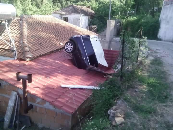 foto-sklithro-1000 Απίστευτη φωτογραφία: Αυτοκίνητο «καρφώθηκε» πάνω σε στέγη σε χωριό της Λάρισας
