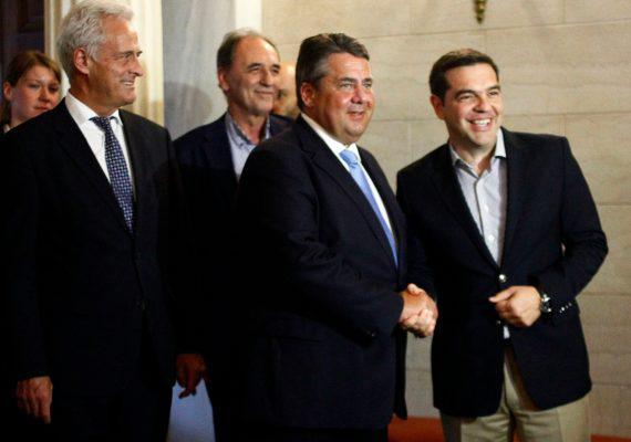 maksimou-gkampriel2-1000-570x400 «Μη μ'αγγίζεις βρωμιάρη Έλληνα!» - Φραστική επίθεση Γερμανού πρώην υπουργού μέσα στο Μαξίμου