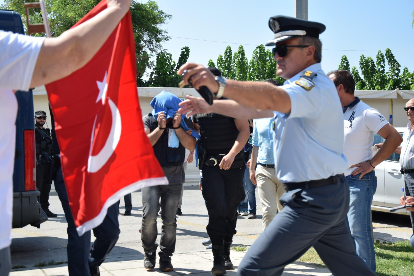 tourkoi-8-anakritis2-1000 Στο δικαστήριο οι 8 Tούρκοι στρατιώτες – Ένταση με διάσημη τρανσέξουναλ από την Τουρκία [εικόνες]