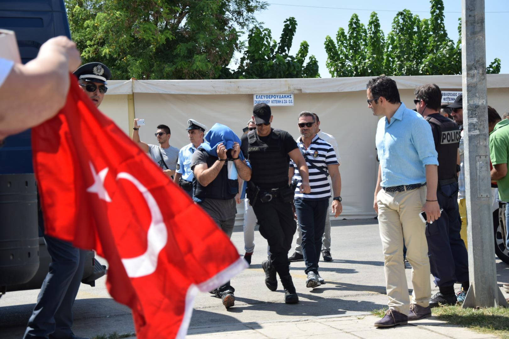 tourkoi-8-anakritis4-1000 Στο δικαστήριο οι 8 Tούρκοι στρατιώτες – Ένταση με διάσημη τρανσέξουναλ από την Τουρκία [εικόνες]