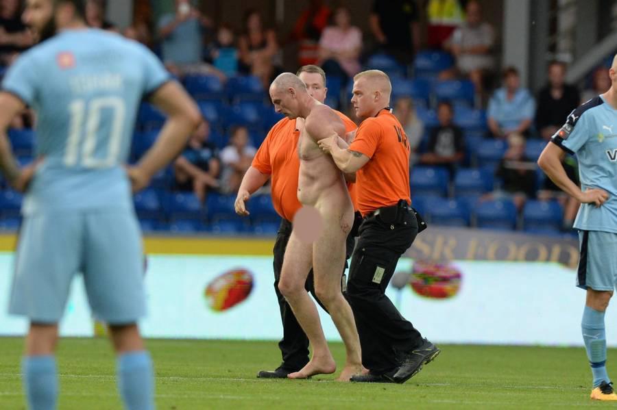 Elstrup-1000 Απίστευτο: Ποδοσφαιρικός αστέρας διέκοψε το ματς μπαίνοντας γυμνός στο γήπεδο [εικόνες]