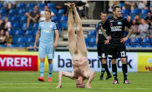 lar1-1000 Απίστευτο: Ποδοσφαιρικός αστέρας διέκοψε το ματς μπαίνοντας γυμνός στο γήπεδο [εικόνες]