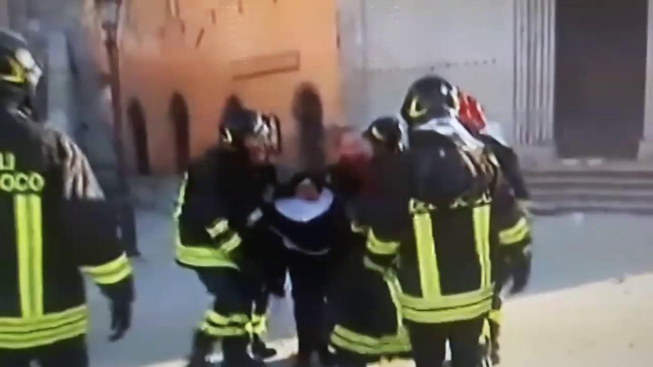 Εικόνες πανικού στην Ιταλία: Πυροσβέστες βγάζουν μοναχές από ναό