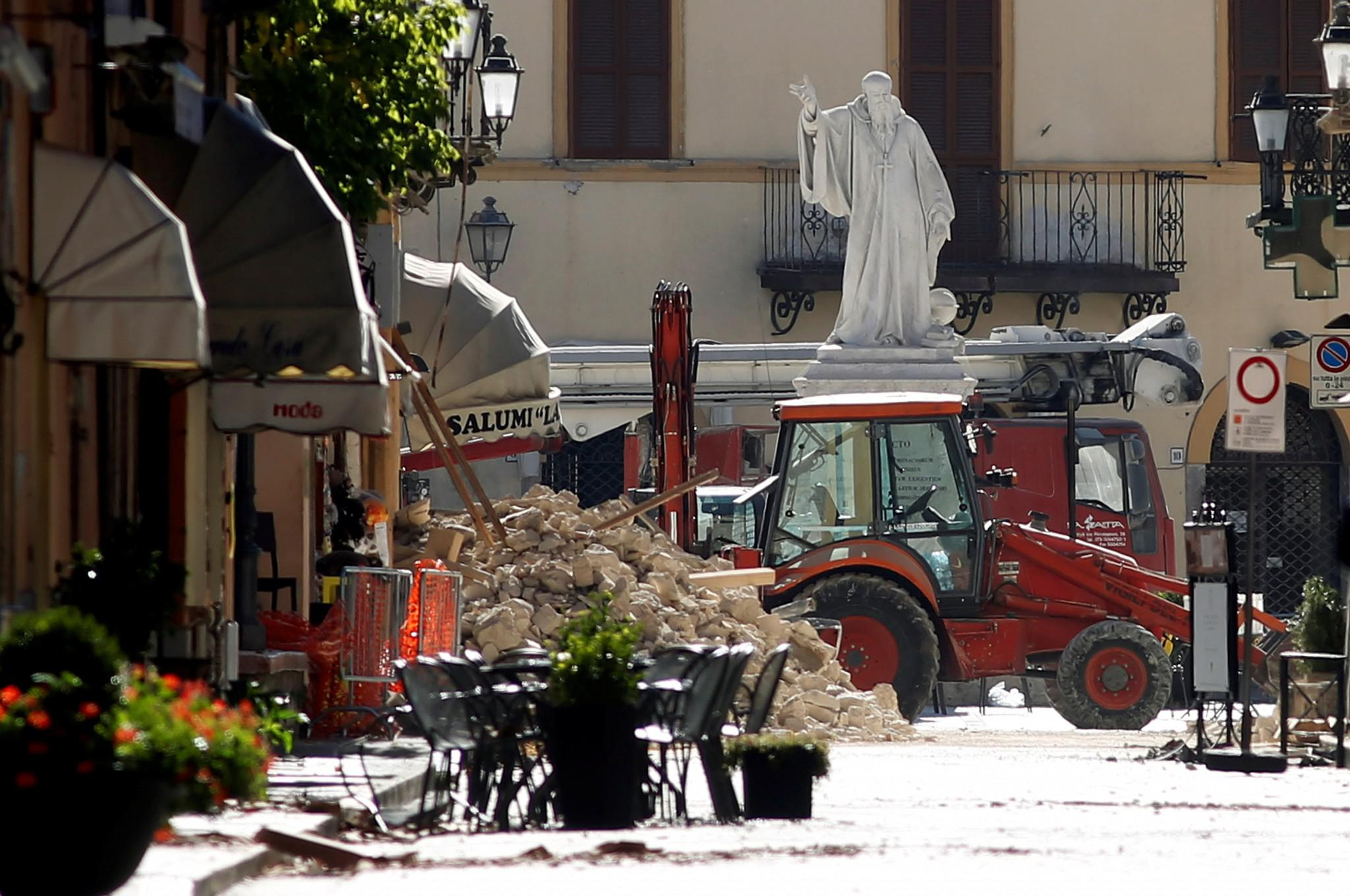 italia-seismos-traumaties-neos-1300-3 Τραυματίες και καταστροφές από τον νέο σεισμό των 6.7 Ρίχτερ στην Ιταλία