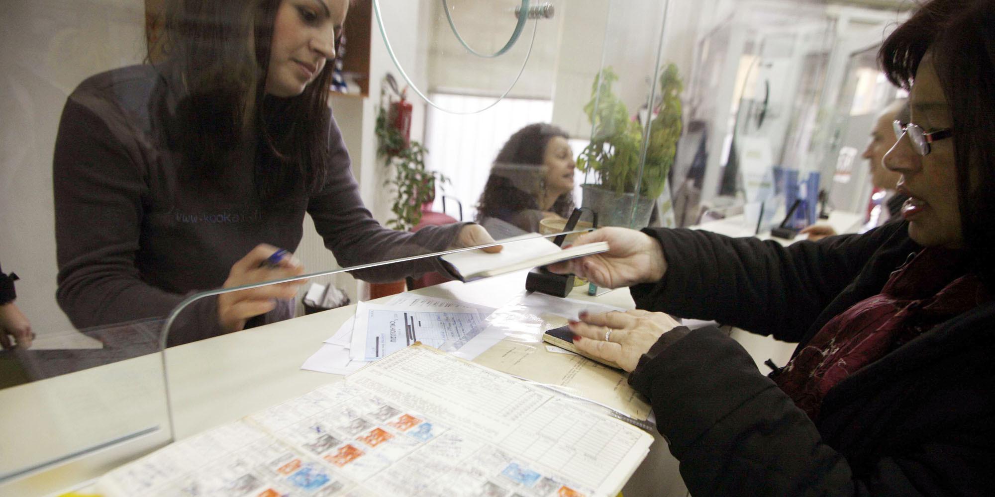 Σύνταξη: Τα ευνοϊκά όρια ηλικίας για μητέρες- γονείς σε Δημόσιο, ΙΚΑ, ΔΕΚΟ, τράπεζες [πίνακες}