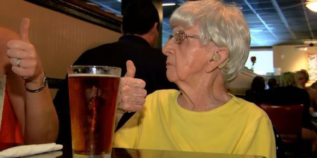 410edcd42720761aed74a6fda1ff9e4c Υπερήλικη 103 χρονών αποκαλύπτει το μυστικό της μακροζωίας της: Είναι η… μπύρα!
