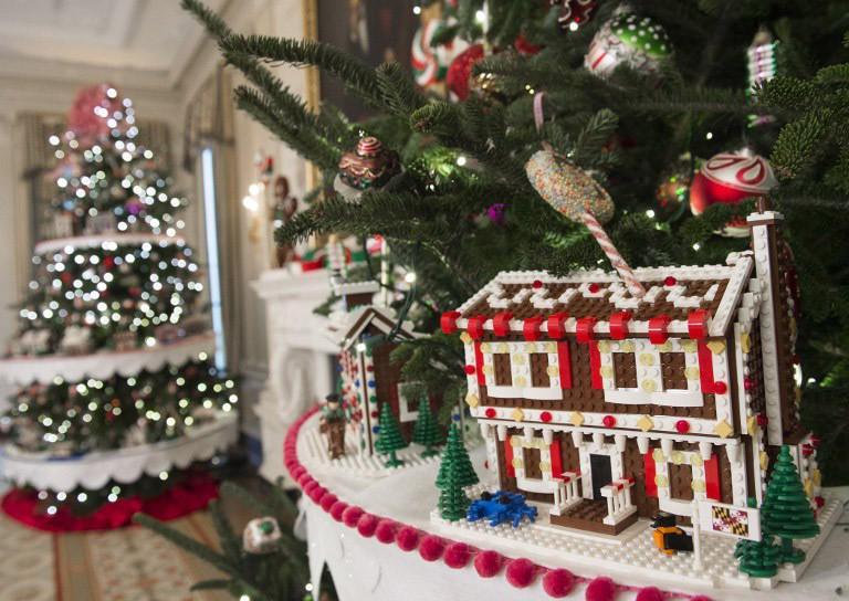 obama-christmas2-1300 Τα τελευταία Χριστούγεννα Ομπάμα στον Λευκό Οίκο με μόλις… 65.000 λαμπιόνια [εικόνες]
