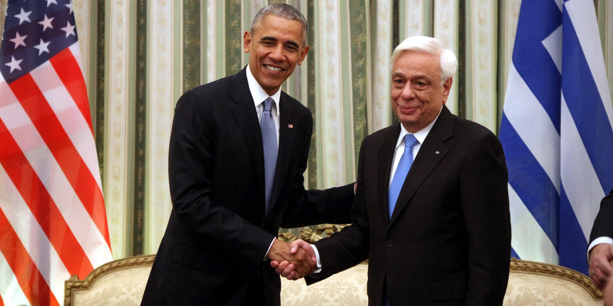 Η χειραψία του Προέδρου των ΗΠΑ, Barack Obama, με τον ομόλογό του, Προκόπη Παυλόπουλο, κατά τη διάρκεια της επίσκεψης του Αμερικανού Προέδρου στο Προεδρικό Μέγαρο.