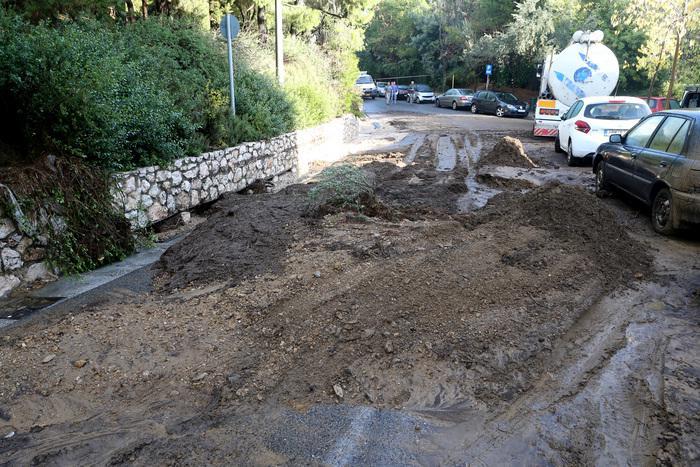 Χώματα παρασύρθηκαν στον περιφερειακό του Λυκαβηττού από την έντονη βροχόπτωση , Κυριακή 27 Νοεμβρίου 2016. ΑΠΕ-ΜΠΕ/ΑΠΕ-ΜΠΕ/Παντελής Σαίτας
