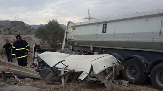 troxaio-katexomena-sxoliko-leoforeio-1300-2 Τραγωδία στα Κατεχόμενα - Δύο 16χρονες νεκρές μετά από σύγκρουση λεωφορείου με φορτηγό
