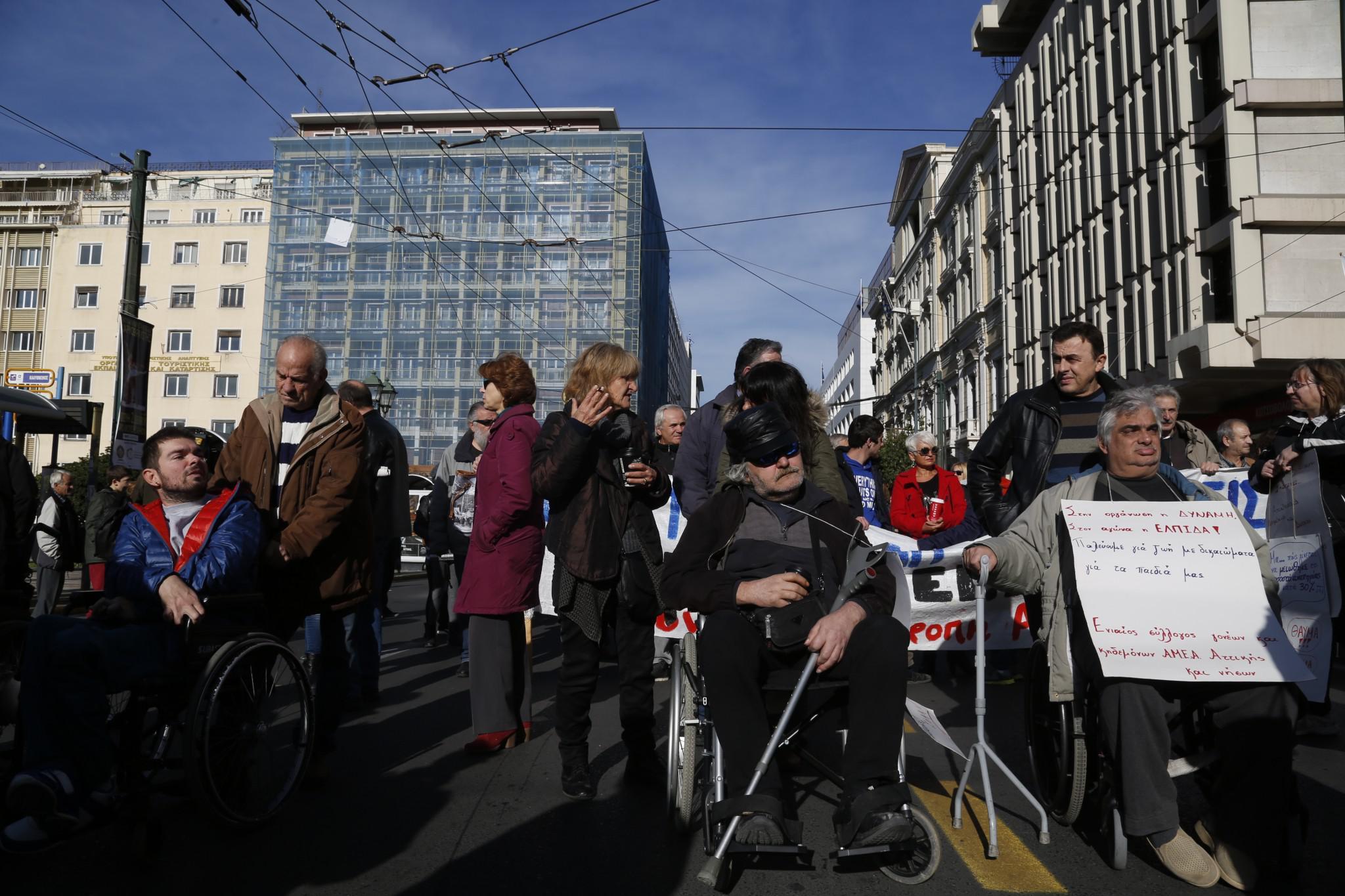 3980262-1 Στους δρόμους τα ΑΜΕΑ - «Θέλουμε να ζήσουμε αξιοπρεπώς»