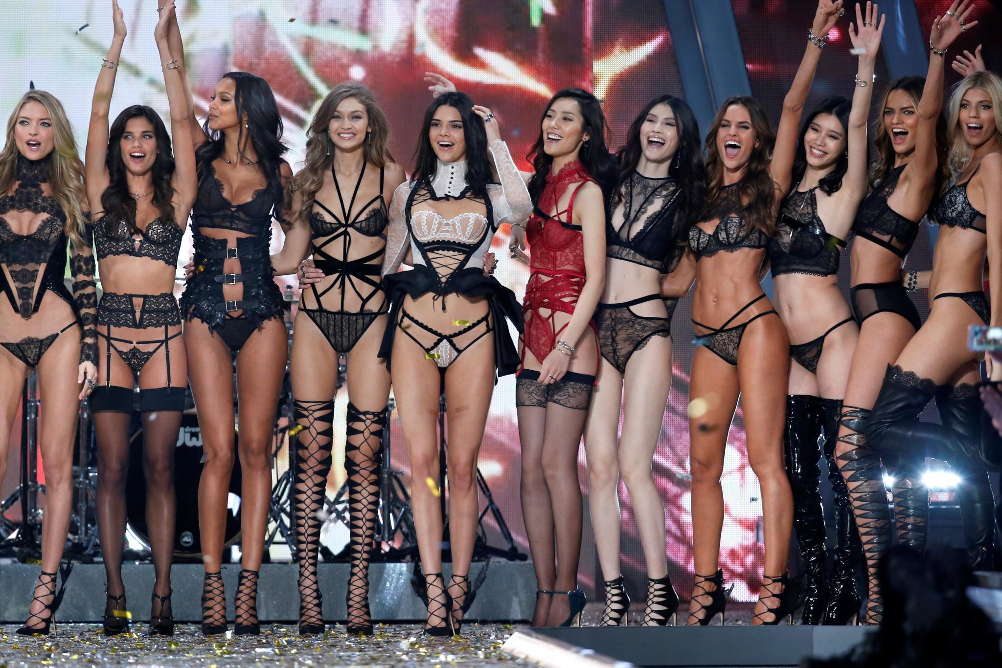 Victoria-Secret-show-esorouxa-modela-1300-14 Το show της Victoria's Secret που «κόλασε» το Παρίσι με τα αγγελάκια της