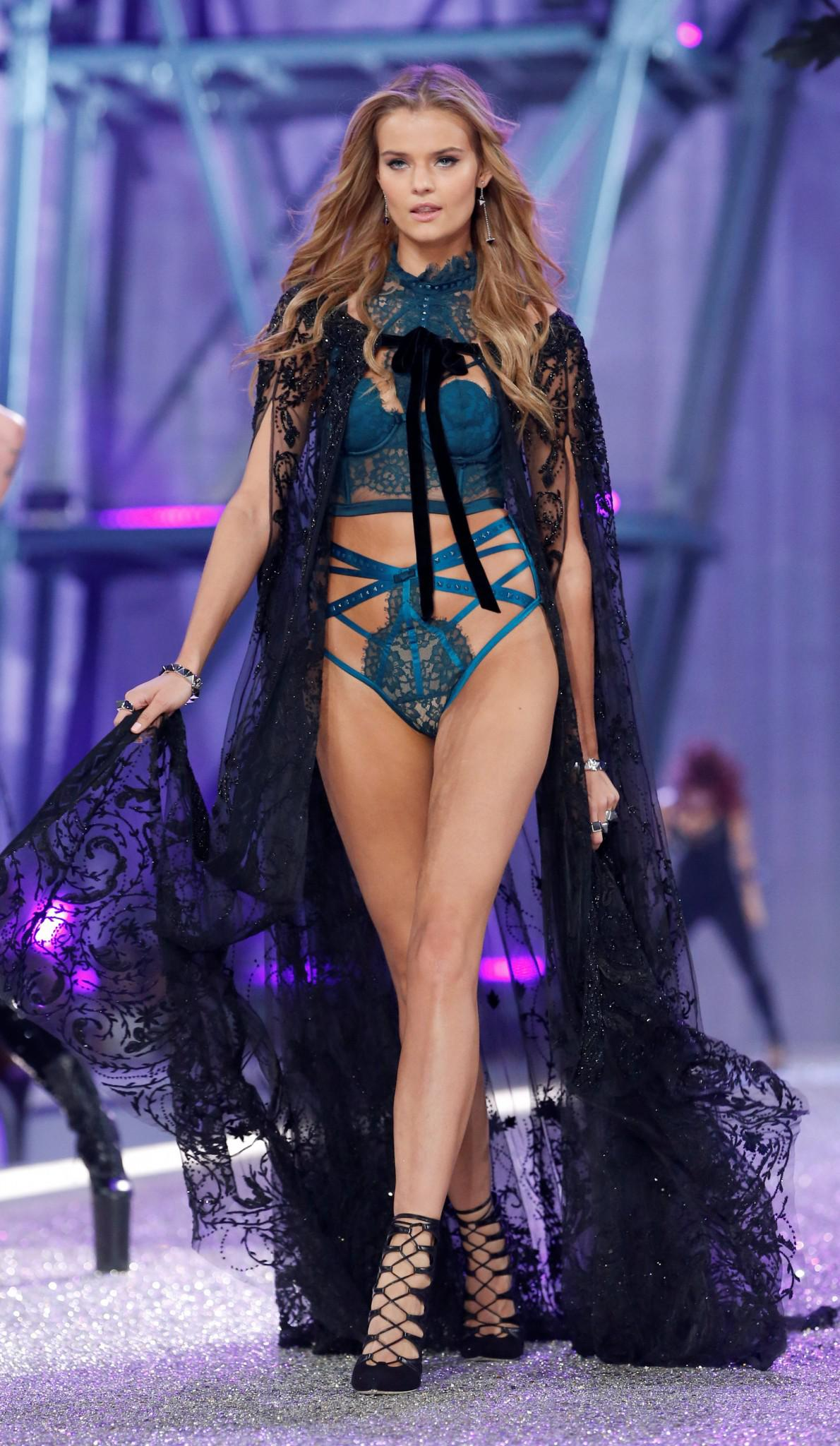 Victoria-Secret-show-esorouxa-modela-1300-18 Το show της Victoria's Secret που «κόλασε» το Παρίσι με τα αγγελάκια της