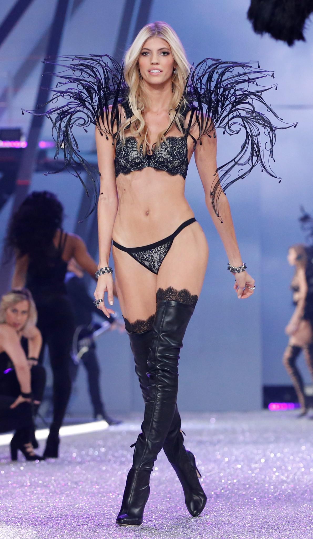 Victoria-Secret-show-esorouxa-modela-1300-19 Το show της Victoria's Secret που «κόλασε» το Παρίσι με τα αγγελάκια της
