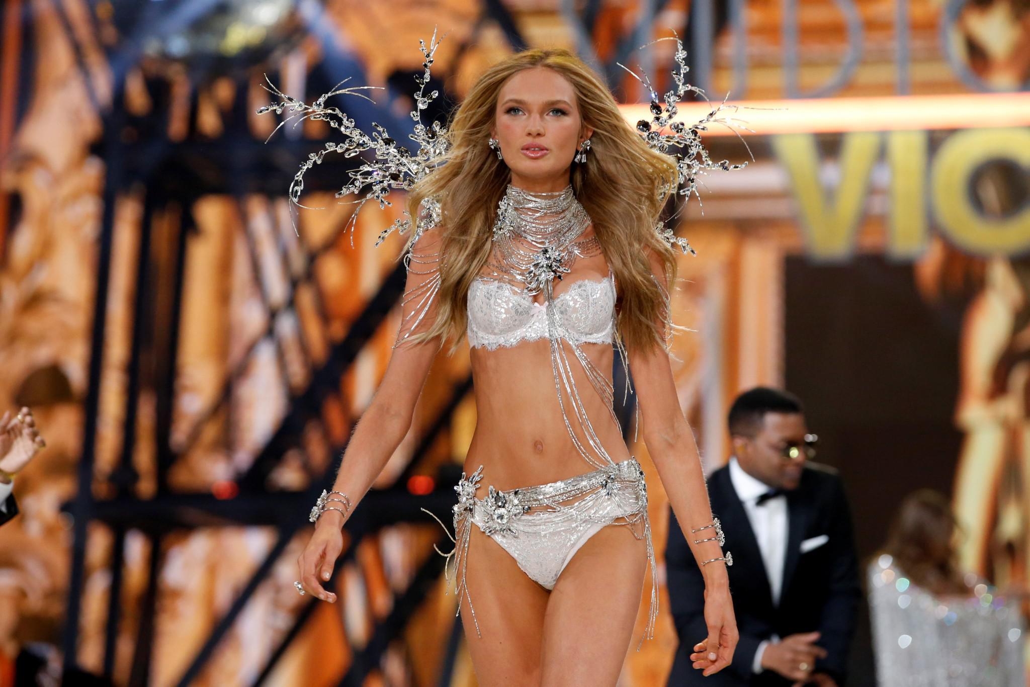 Victoria-Secret-show-esorouxa-modela-1300-20 Το show της Victoria's Secret που «κόλασε» το Παρίσι με τα αγγελάκια της