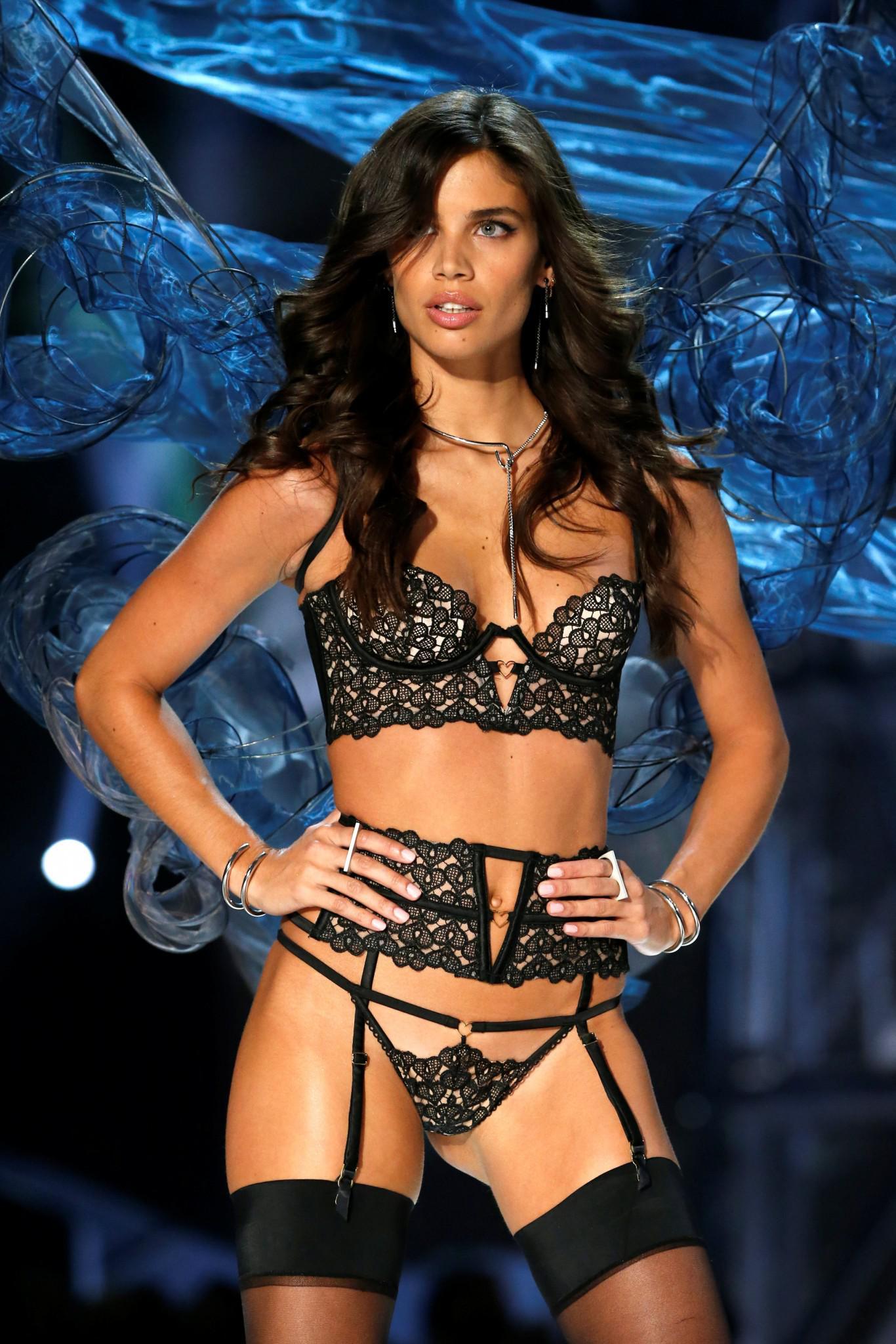 Victoria-Secret-show-esorouxa-modela-1300-4 Το show της Victoria's Secret που «κόλασε» το Παρίσι με τα αγγελάκια της