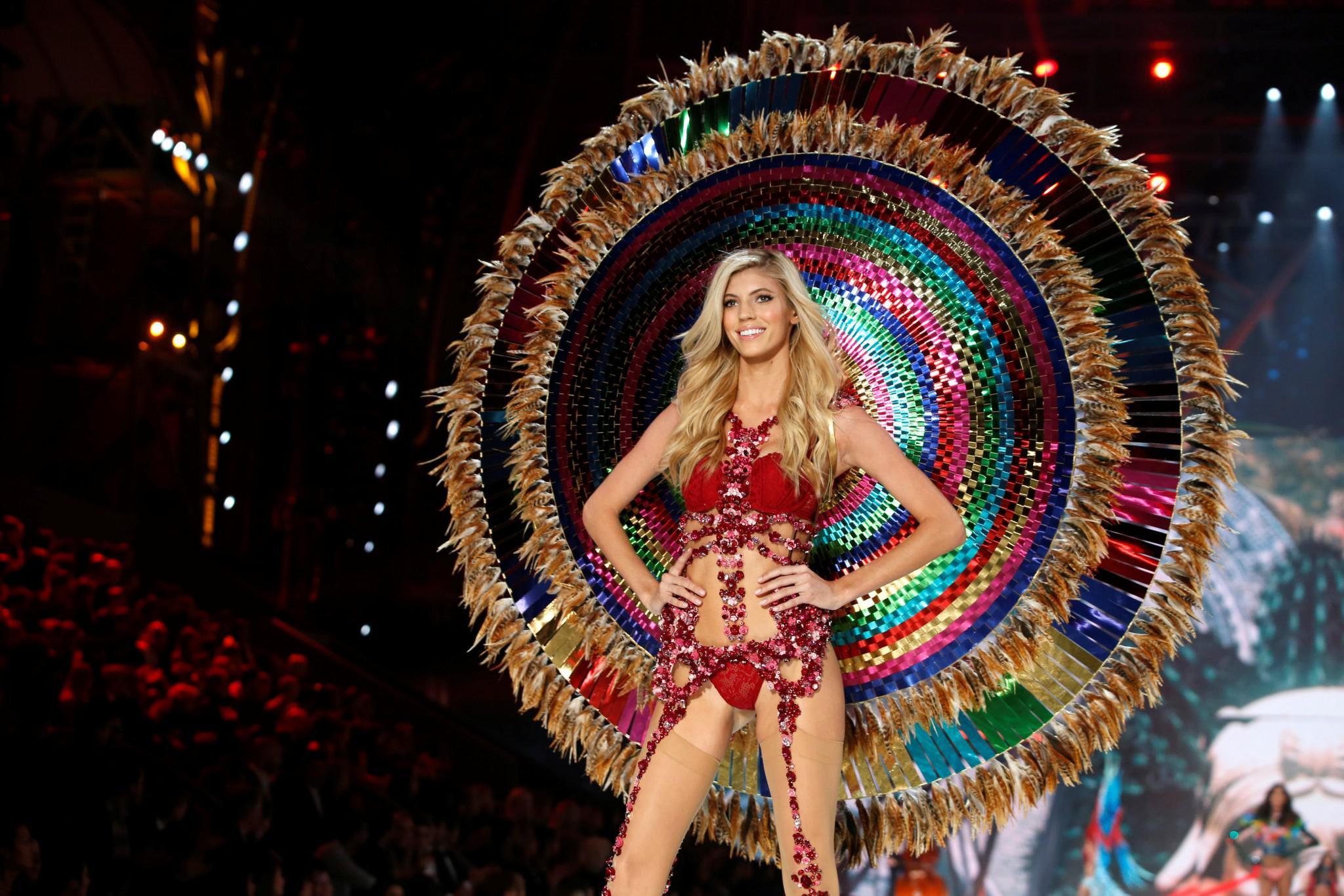 Victoria-Secret-show-esorouxa-modela-1300-6 Το show της Victoria's Secret που «κόλασε» το Παρίσι με τα αγγελάκια της