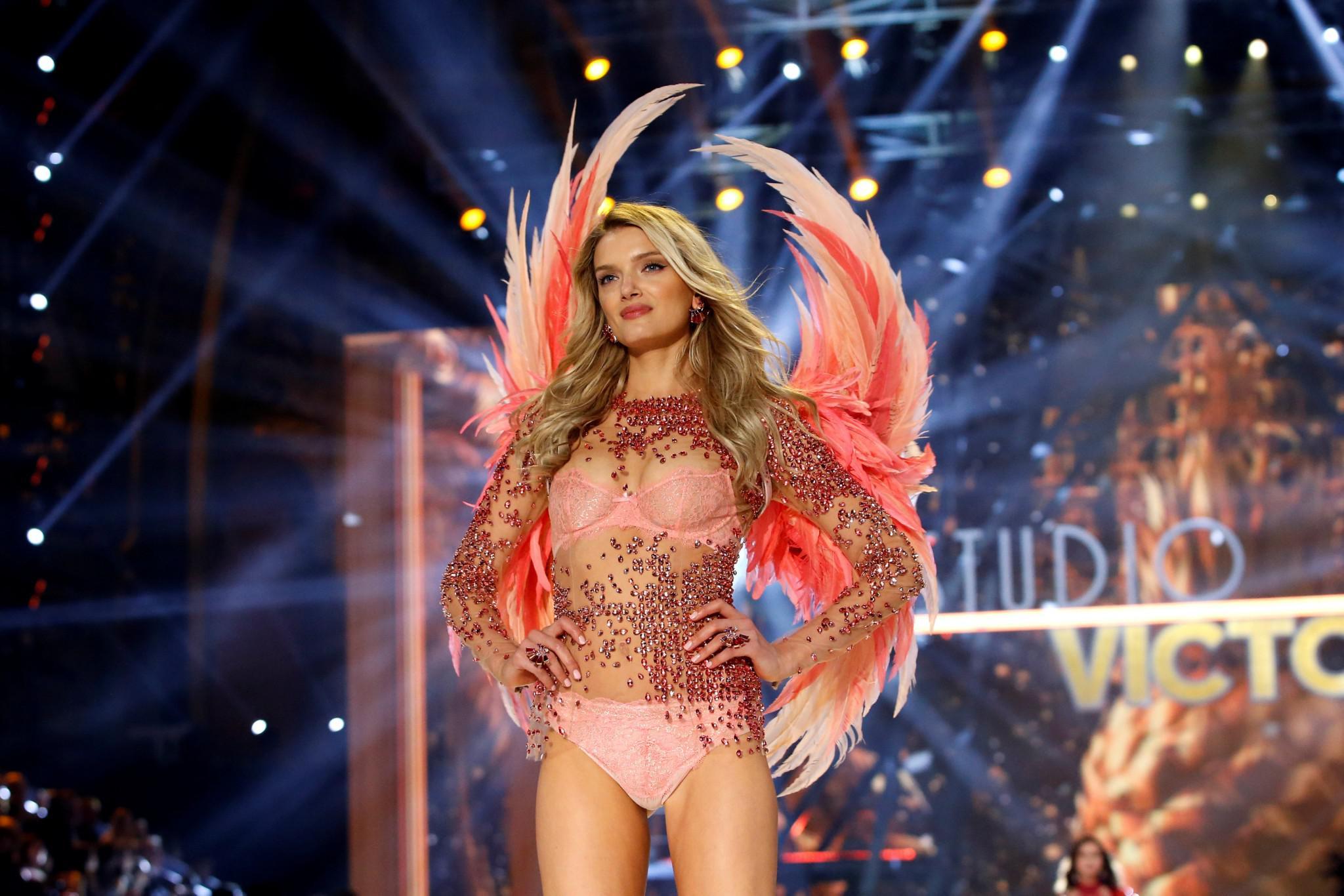 Victoria-Secret-show-esorouxa-modela-1300-8 Το show της Victoria's Secret που «κόλασε» το Παρίσι με τα αγγελάκια της