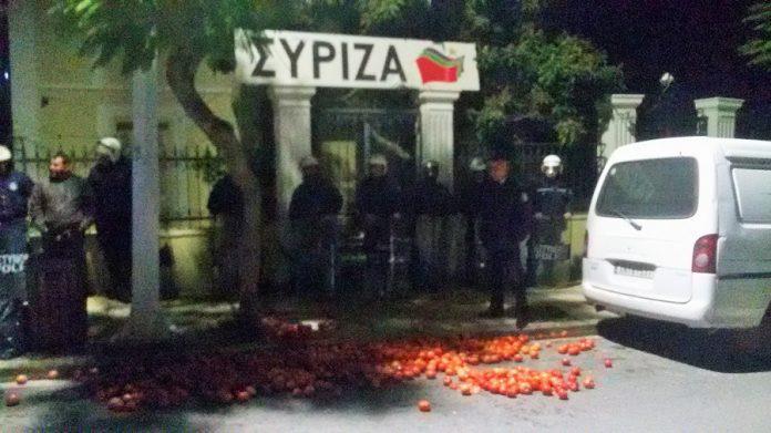 ntomates-grafeia-suriza-xania-agrotes-apergia-pno-ploia-1300-1 Στα «κάγκελα» οι αγρότες της Κρήτης: Πέταξαν ντομάτες έξω από τα γραφεία του ΣΥΡΙΖΑ [εικόνες]
