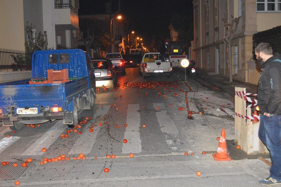 ntomates-grafeia-suriza-xania-agrotes-apergia-pno-ploia-1300-3 Στα «κάγκελα» οι αγρότες της Κρήτης: Πέταξαν ντομάτες έξω από τα γραφεία του ΣΥΡΙΖΑ [εικόνες]