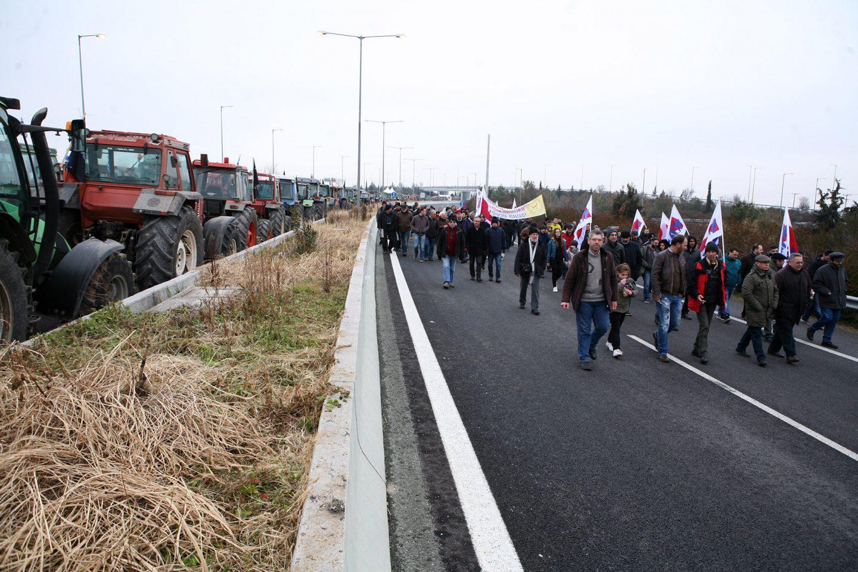 agrotes-mploka-trakter-1300 Στην Βουλή οι αγρότες – Σε εξέλιξη το μεγάλο συλλαλητήριο