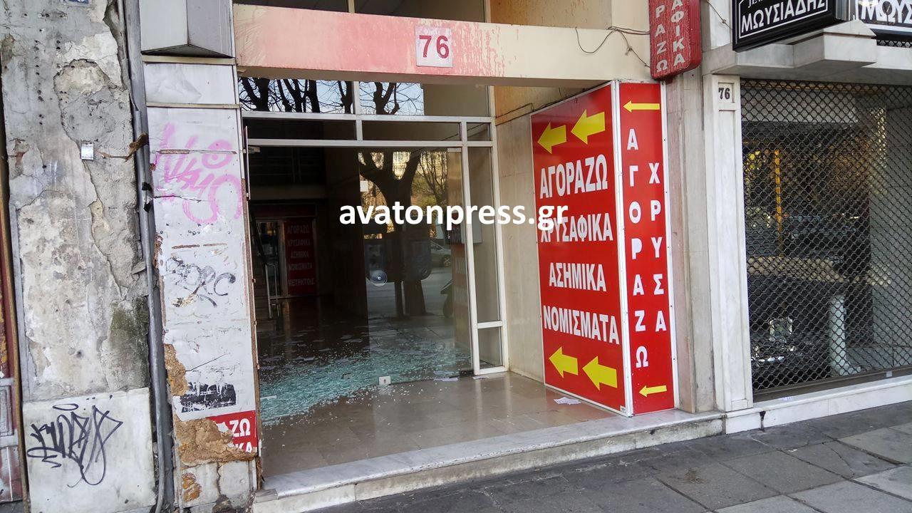 diafaneia2 Εσπασαν την τζαμαρία στα γραφεία του ΣΥΡΙΖΑ στην Θεσσαλονίκη εξαιτίας της Πόλα Ρούπα [εικόνες]