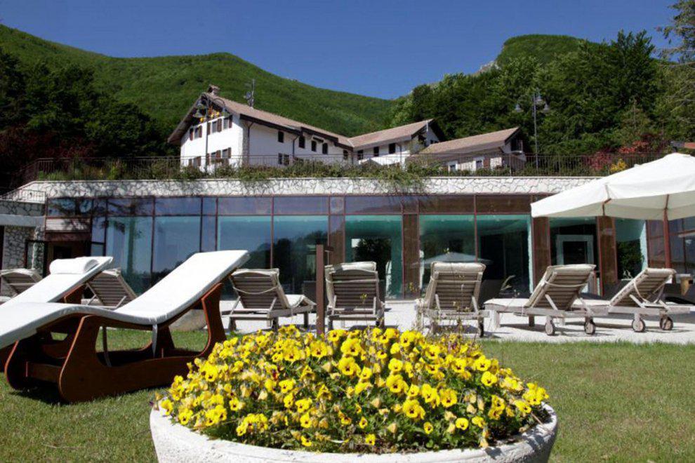 italia-hotel-dyo Το Rigopiano σήμερα: Εικόνες-σοκ έναν μήνα μετά την φονική χιονοστιβάδα [εικόνες & βίντεο]