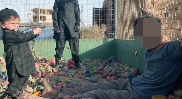 mikro-agori-dolofonei3 Ανατριχιαστικό-βίντεο: Το Ισλαμικό Κράτος βάζει ένα αγοράκι να εκτελέσει αιχμάλωτο
