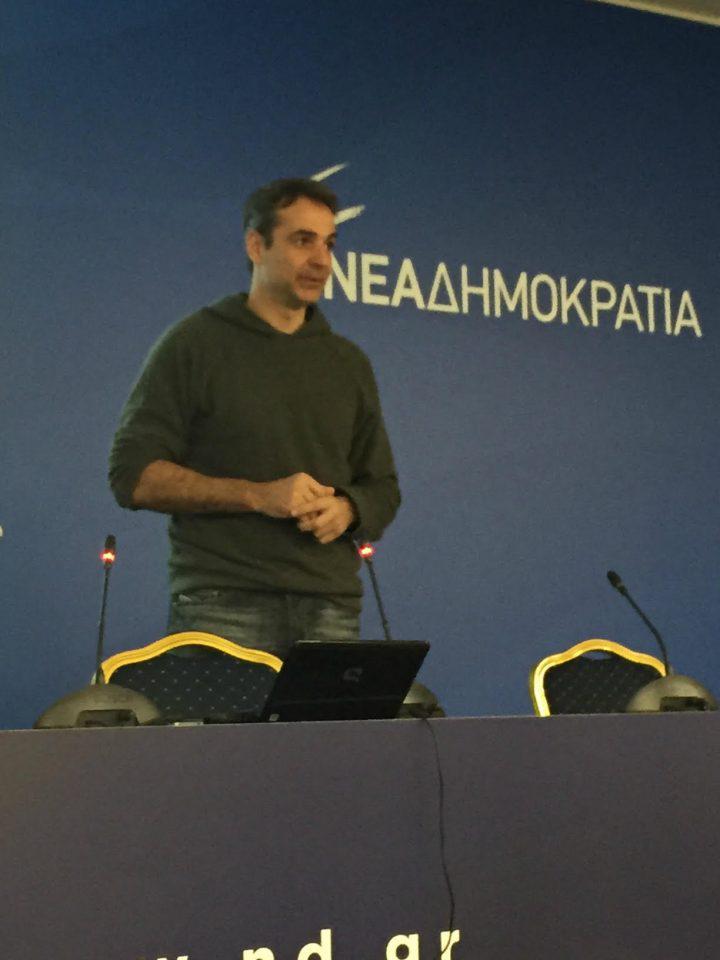 mitsotakis-casual1-1300 «Έφοδος» Μητσοτάκη με... casual look σε μάθημα της Πολιτικής Ακαδημίας της ΝΔ [εικόνες]