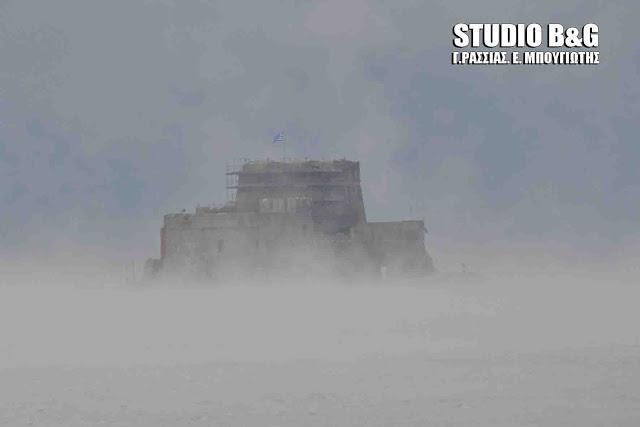 nauplio-thalassa-atmos-xioni-1 Σπάνιο θέαμα στο Ναύπλιο με την θάλασσα που «έβρασε» [εικόνες & βίντεο]