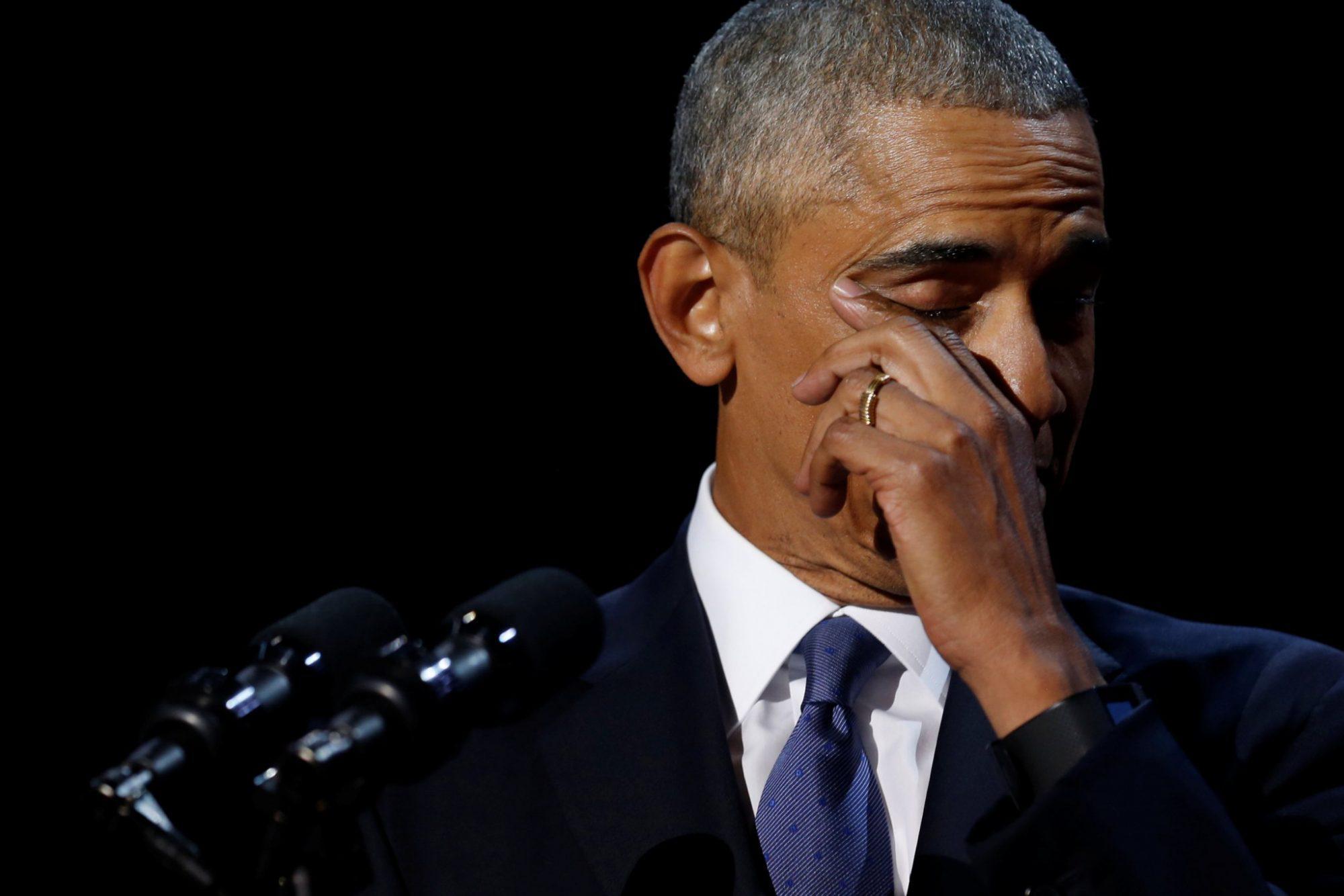obama-3 «Με κάνατε καλύτερο άνθρωπο» - Mε δάκρυα, το αντίο του Ομπάμα  στους πολίτες  [εικόνες & βίντεο]