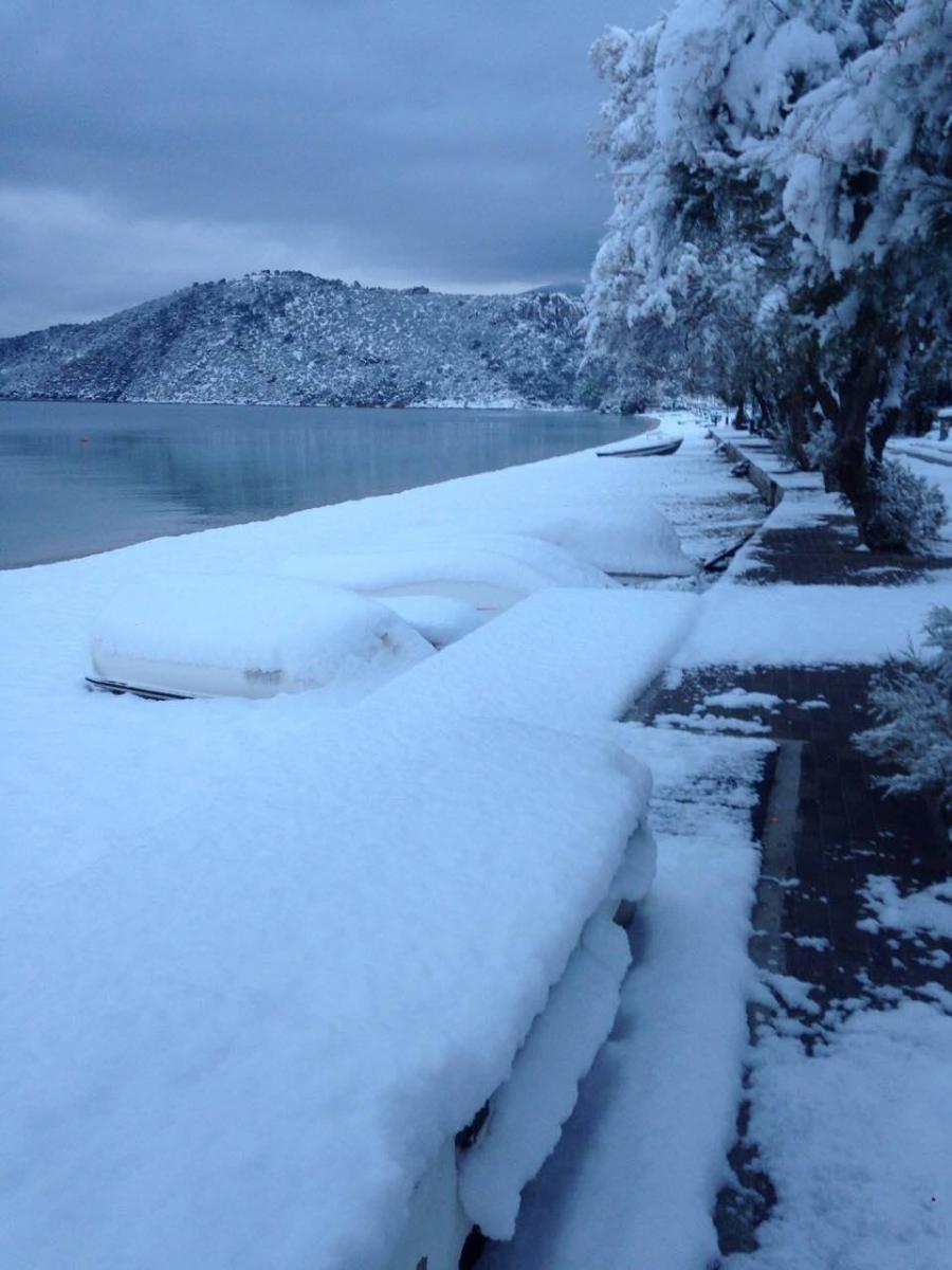 paralia-xioni- Απίστευτη εικόνα: Μέχρι την θάλασσα έφτασε το χιόνι στην Αλμυρή Κορινθίας!