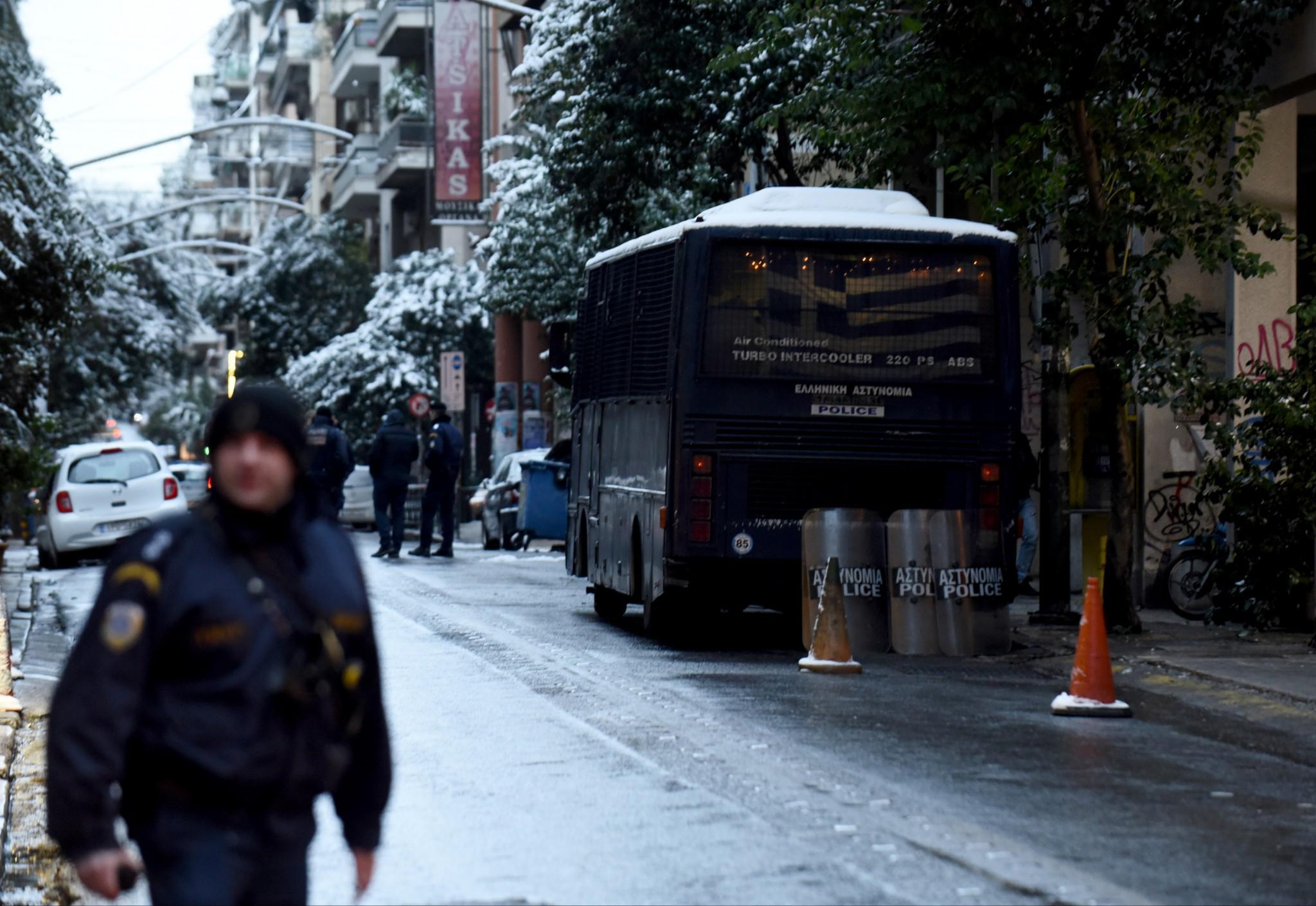 purovolismoi-grafeia-pasok-mat-traumatias-1 Τρομοκρατική επίθεση με τραυματία αστυνομικό των ΜΑΤ στα γραφεία του ΠΑΣΟΚ