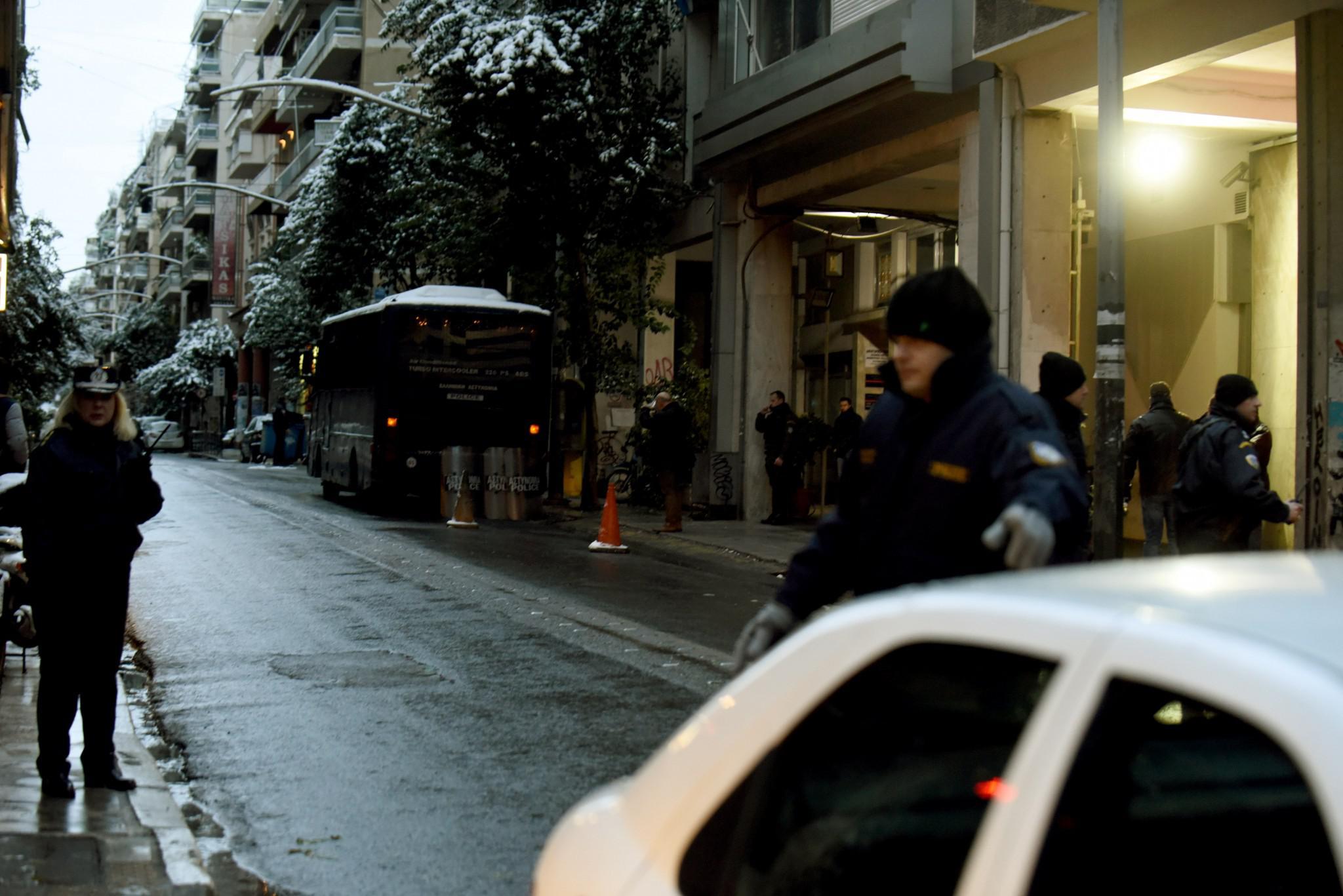 purovolismoi-grafeia-pasok-mat-traumatias-3 Πώς η «Επαναστατική Αυτοάμυνα» τραυμάτισε αστυνομικό έξω από τα γραφεία του ΠΑΣΟΚ