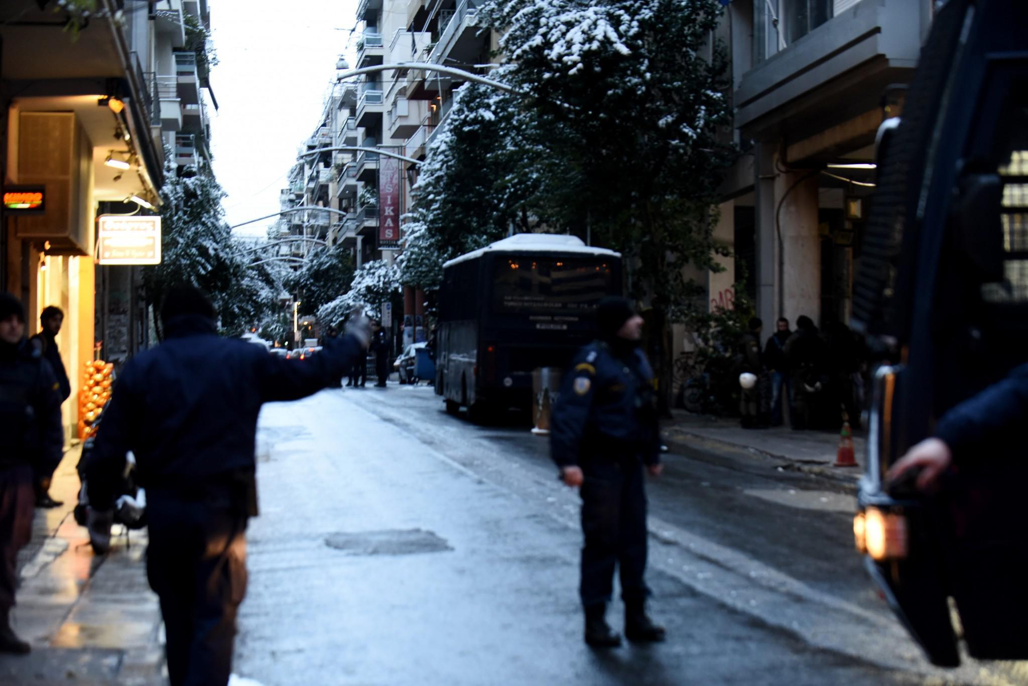purovolismoi-grafeia-pasok-mat-traumatias-4 Πώς η «Επαναστατική Αυτοάμυνα» τραυμάτισε αστυνομικό έξω από τα γραφεία του ΠΑΣΟΚ
