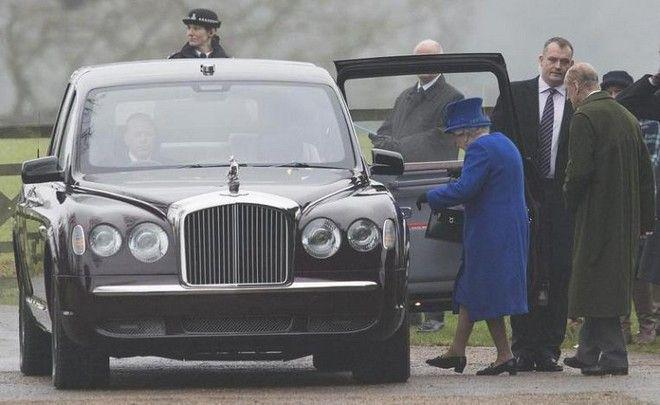 queen2 Τηνπρώτη της δημόσια εμφάνιση έκανε η βασίλισσα Ελισάβετ μετά τις... φήμες για τον θάνατό της! [εικόνες]