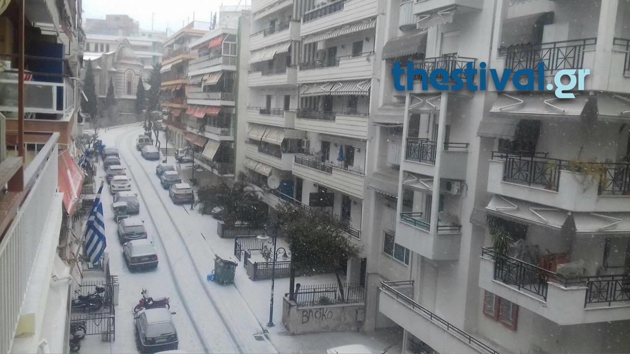thessaloniki-xionia-1 Προβλήματα από την έντονη χιονόπτωση στο κέντρο της Θεσσαλονίκης [εικόνες]