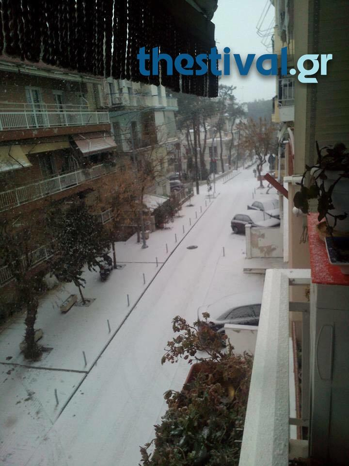 thessaloniki-xionia-2 Προβλήματα από την έντονη χιονόπτωση στο κέντρο της Θεσσαλονίκης [εικόνες]