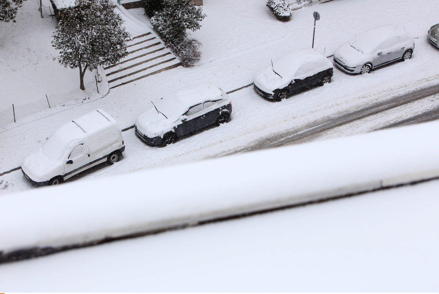 thessaloniki-xionia1-1300 Σε πόλη «φάντασμα» έχει μετατραπεί η Θεσσαλονίκη από το χιονιά – Χωρίς νερό και θέρμανση πολλές περιοχές