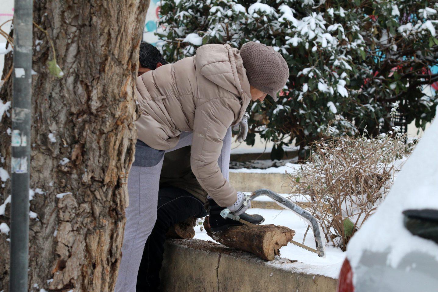thessaloniki-xionia2-1300 Σε πόλη «φάντασμα» έχει μετατραπεί η Θεσσαλονίκη από το χιονιά – Χωρίς νερό και θέρμανση πολλές περιοχές