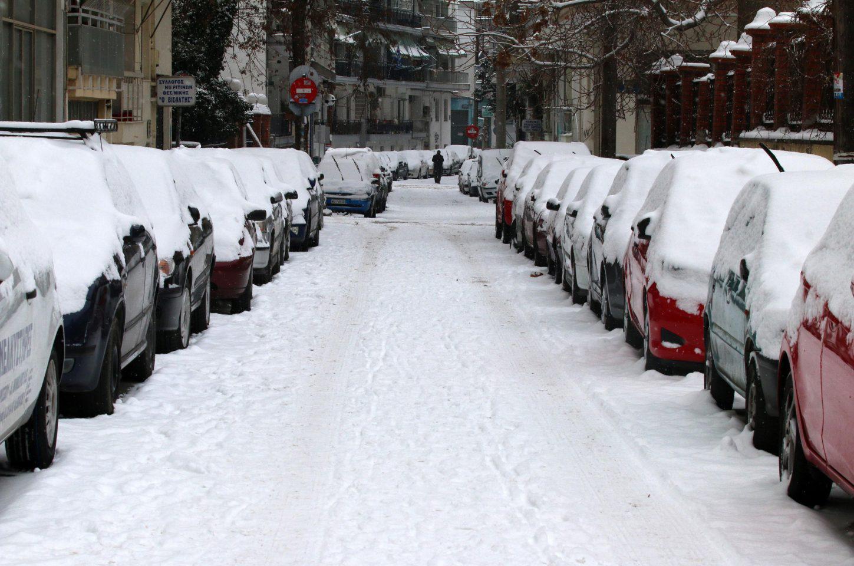 thessaloniki-xionia3-1300 Σε πόλη «φάντασμα» έχει μετατραπεί η Θεσσαλονίκη από το χιονιά – Χωρίς νερό και θέρμανση πολλές περιοχές