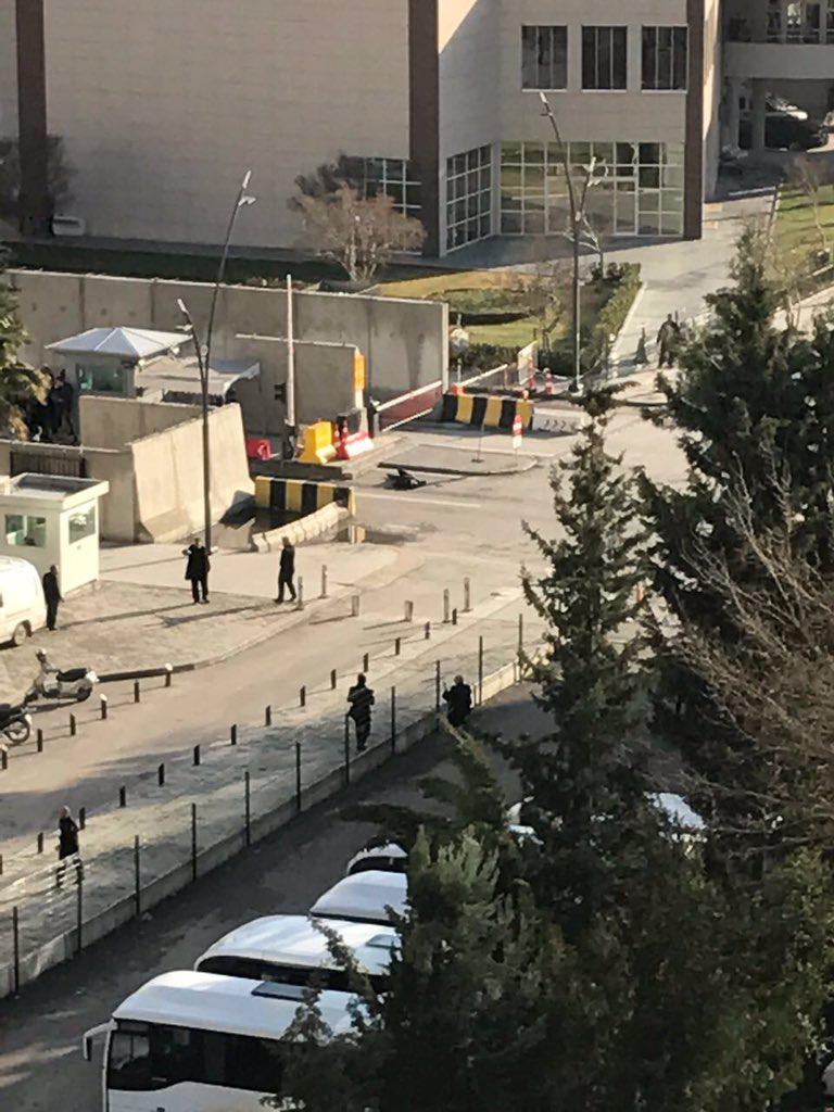 tourkia-purovolismoi-3 Εκτακτο: Πυροβολισμοί έξω απο αστυνομικό τμήμα στην Τουρκία [εικόνες & βίντεο]