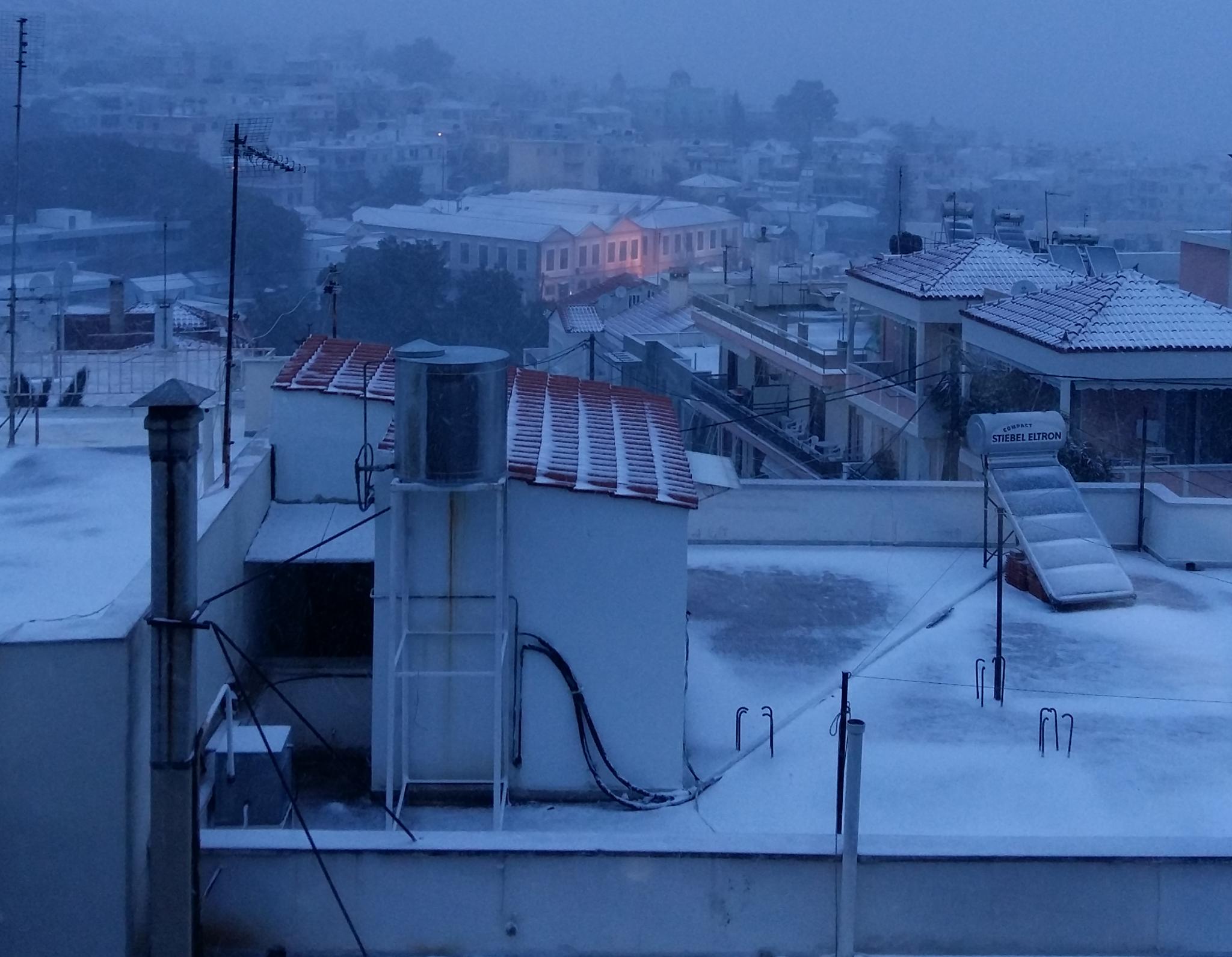 xionia-mytilini Στα «λευκά» η Μυτιλήνη - Σφοδρή η χιονόπτωση σε όλο το νησί