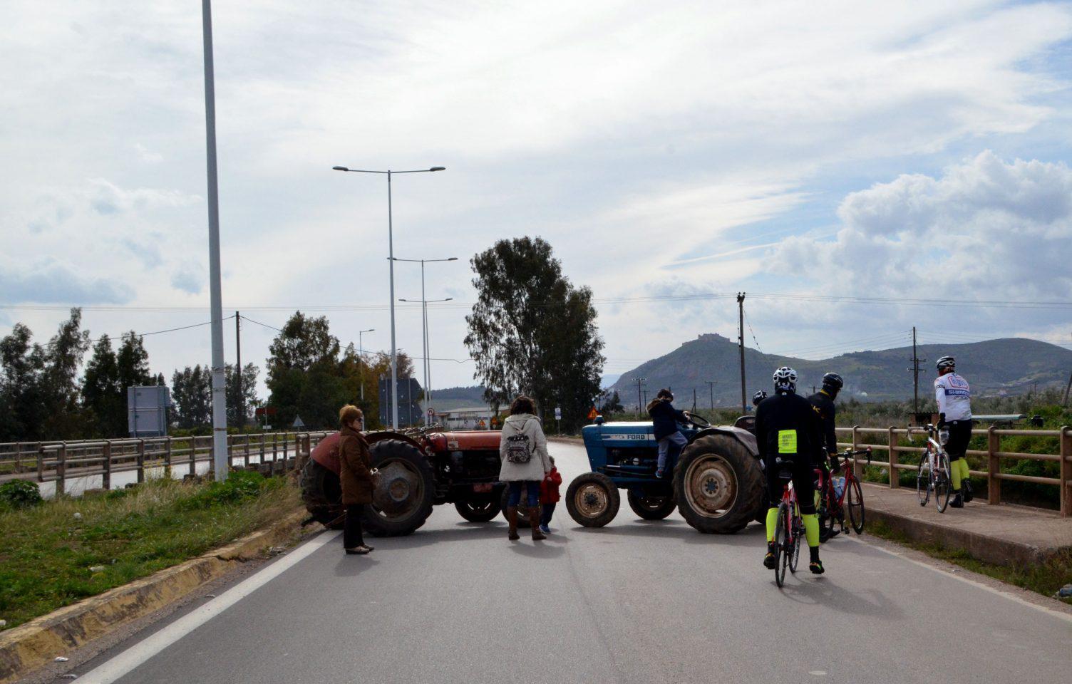 4039122 Με κόρνες και κροτίδες στο υπουργείο Μακεδονίας-Θράκης οι αγρότες [εικόνες & βίντεο]