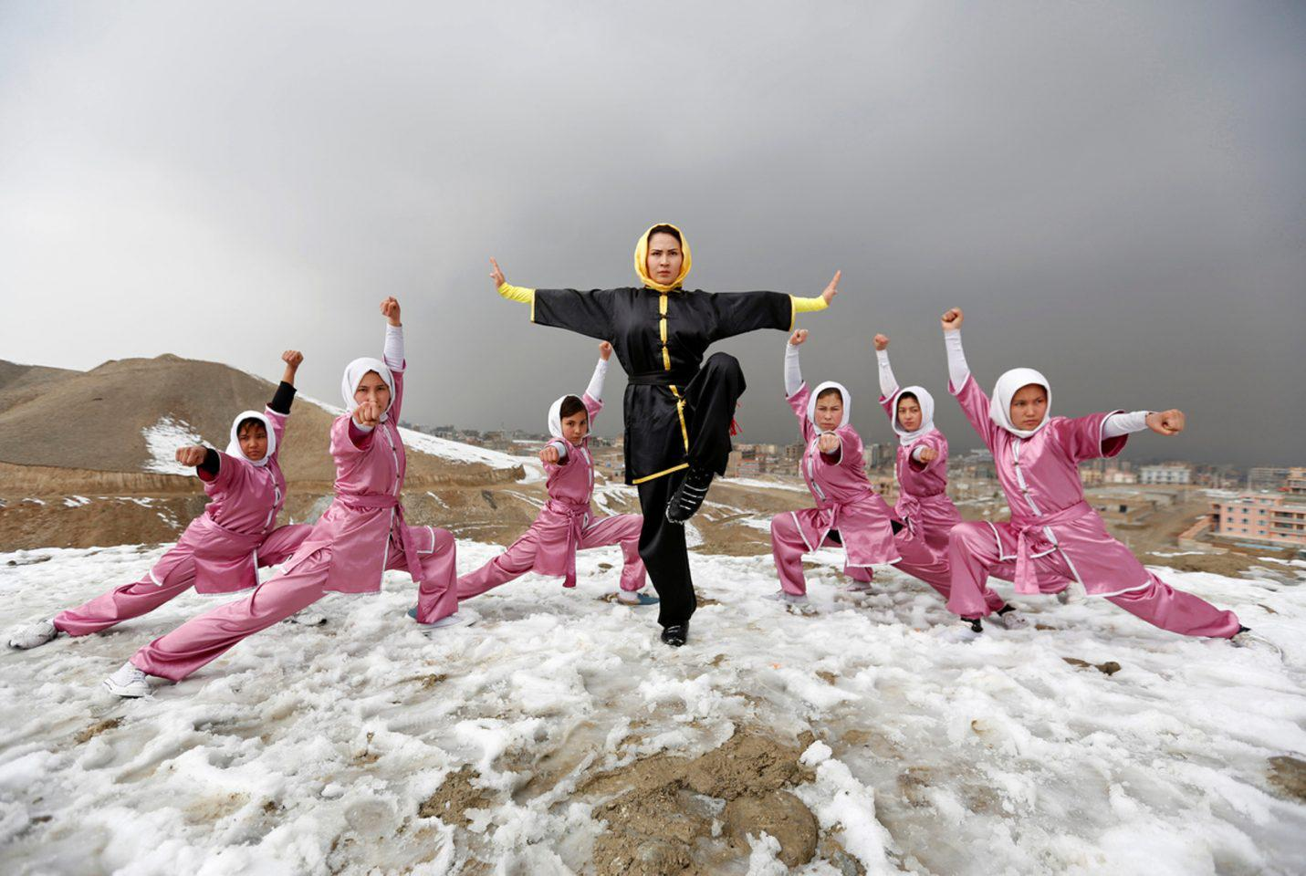 afganistan-koritwsia-spathia-1300 Τα κορίτσια με τα… ασημένια σπαθιά από το Αφγανιστάν [εικόνες]