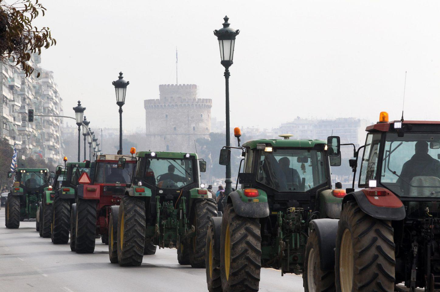 agrotes-1300 Με κόρνες και κροτίδες στο υπουργείο Μακεδονίας-Θράκης οι αγρότες [εικόνες & βίντεο]