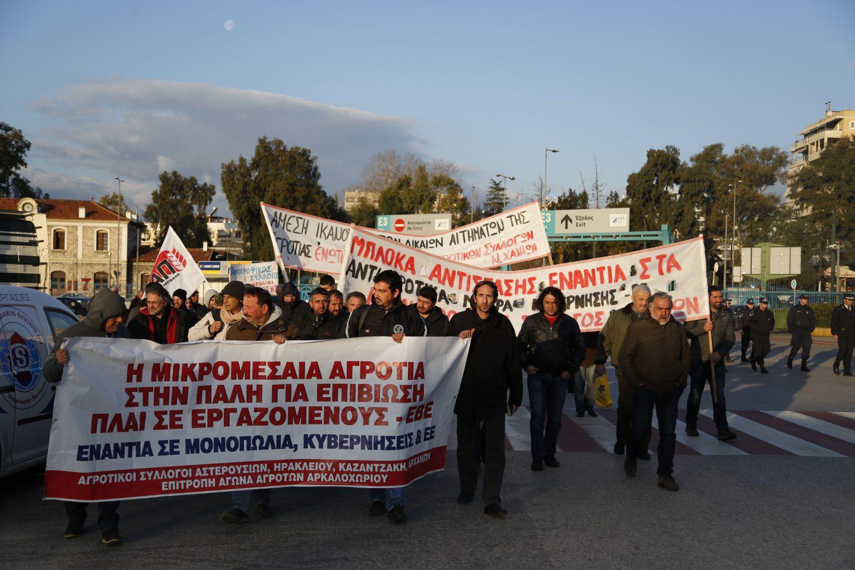 agrotes-kriti-apovasi-athina-2 Στην Βουλή οι αγρότες – Σε εξέλιξη το μεγάλο συλλαλητήριο